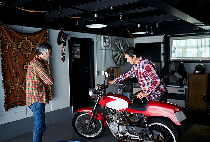 専用ガレージで趣味の車やバイクメンテ